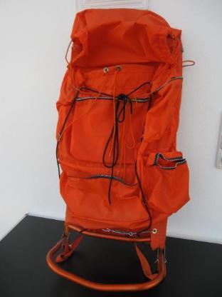 Rucksackkrackse mit Aluminiumgestell und orangefarb. Rucksack, gut erhalten