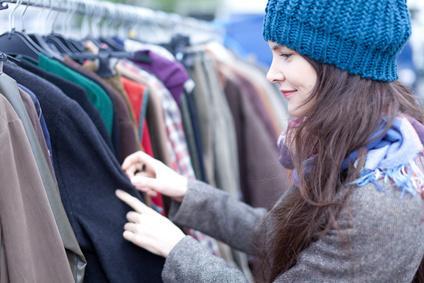Bild Nachhaltige Mode - Frau auf dem Flohmarkt