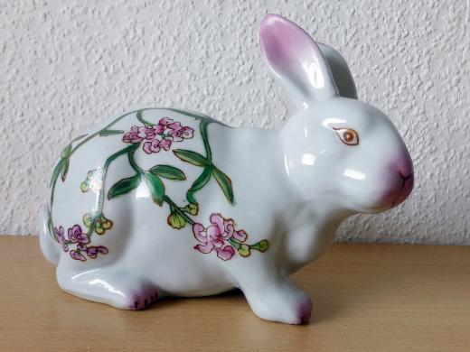 Dekorativer >> Deko - Hase mit schönem Blumenmuster