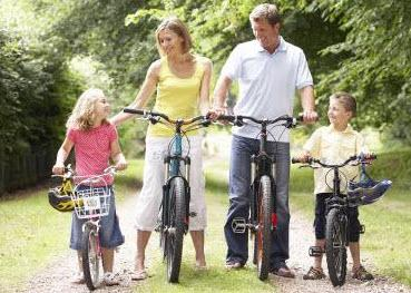 Familie mit Fahrrädern im Münsterland
