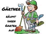 Gärtner macht ihren Garten fit