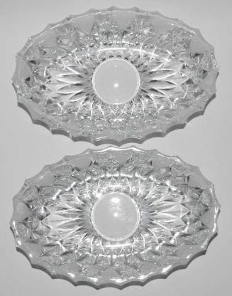 2 Kristallglas-Schalen, Facetten, teilmatiert, oval