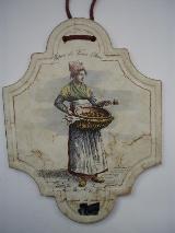 Silberdistel Fayencen Keramik-Dekor-Fliese kunsthandwerklich in Handarbeit herge- stellte Wandkachel, Magd mit Weidenkorb