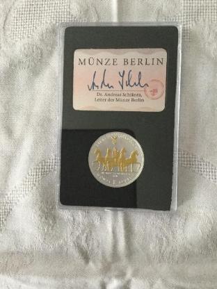 Ein Set aus Uhr und Münze