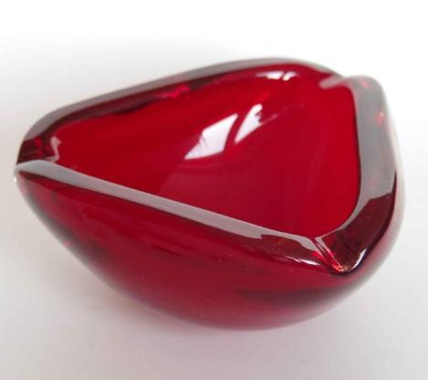 Retro-Glas-Aschenbecher, rot, dreieckig, ca. 1960er