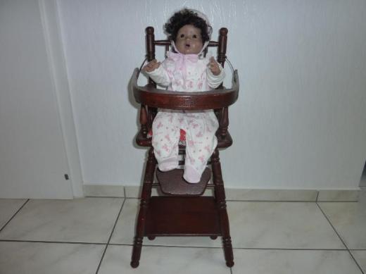 Porzellan-Puppe mit Hochstuhl