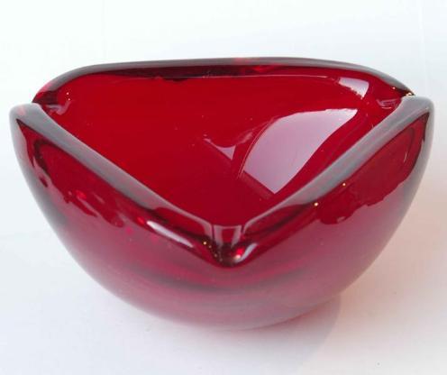 Retro-Glas-Aschenbecher, rot, dreieckig, ca 60er Jahre