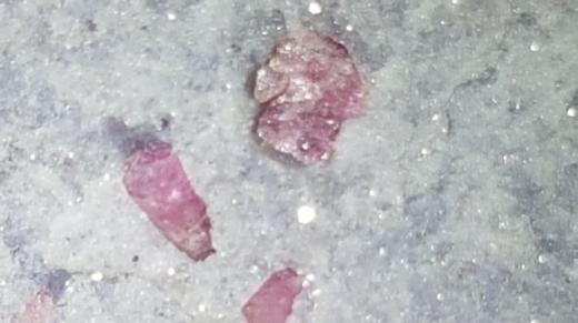 Thulit Rohstück mit rosa Turmalin Nadeln zu verkaufen. - Bremen