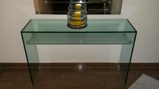Konsole aus hochwertigem Glas