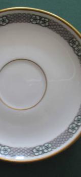 Rosenthal Porzellan Selb Bavaria: Untertasse für Mokkatasse, Espressotasse; weiß mit Blütenbordüre und Goldrand; Vorkriegs-Bodenmarke; sehr guter Zustand. zugunsten Tierschutz - Achim