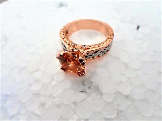 Ein Champagner-farbener Ring - Holdorf