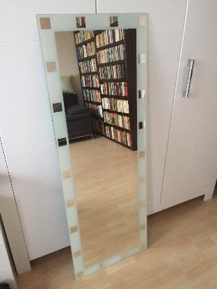 Weißer Wand-Designspiegel