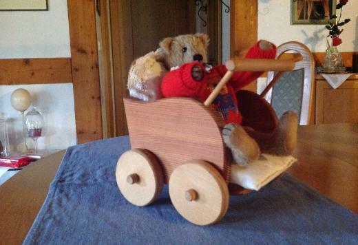 Kleiner Holzpuppenwagen