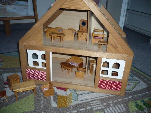 Kleines Spielhaus aus Holz