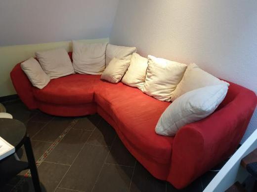 Rotes Sofa mit 9 Kissen zu verkaufen - Bremen