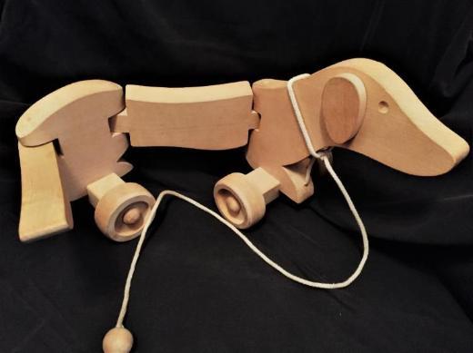Holzhund / Dackel aus Holz  zum Nachziehen mit Rollen und bewegl. Gliedmaßen