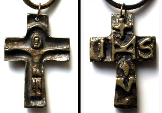 Messingkreuz zum Umhhängen, Reliefmotive auf beiden Seiten.