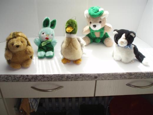 4 Plüschtiere (auch einzeln) zu verkaufen -- 1 Ente, 1 Bär, 1 Igel & 1 Katze, - neu