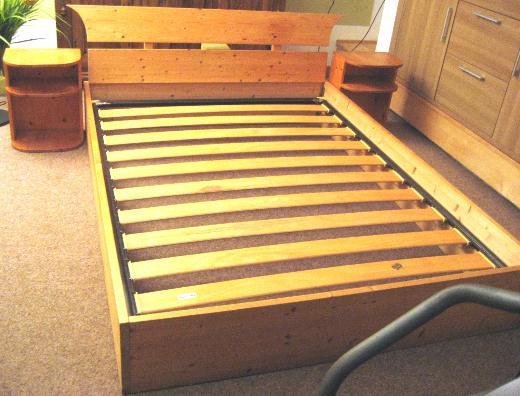 Kastenbett 150x200 cm aus Massivholz naturbelassen