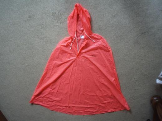 Neuer Regenumhang (Signalrosa) von Lucky Sport mit Kapuze, Kordel und Reißverschluss