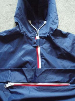 Neuer Regenumhang (blau) mit Reißverschluss, Kapuze und Innentasche mit Reißverschluss.